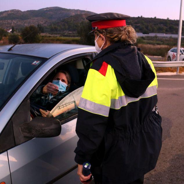 Mossos d'Esquadra controlant les restriccions de mobilitat, que es replantejaran amb la desescalada. Foto: ACN