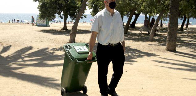 Un restaurador de Mataró, reciclant. Foto. ACN