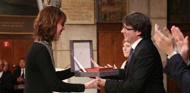 El president Puigdemont entrega la medalla a l'entitat