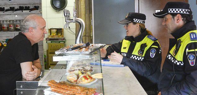 Dos agents de la Policia Local visitant un local de Mataró