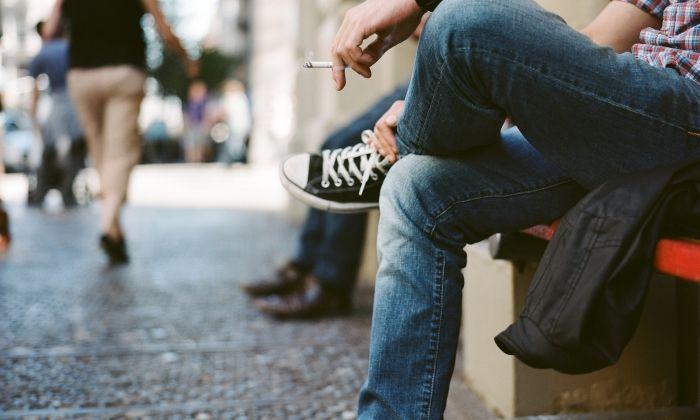 El tabac ha baixat, però segueix ben present en la societat.