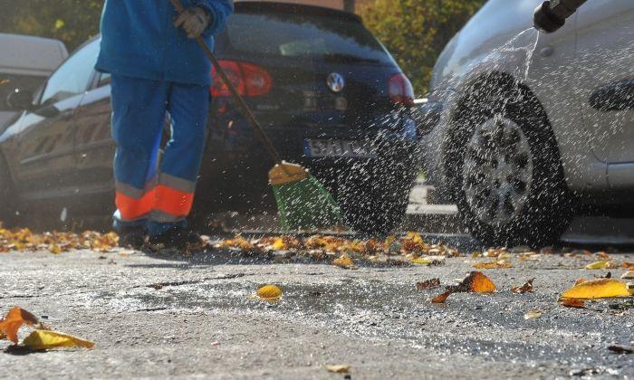 Un treballador del servei de neteja. Foto: R.Gallofré