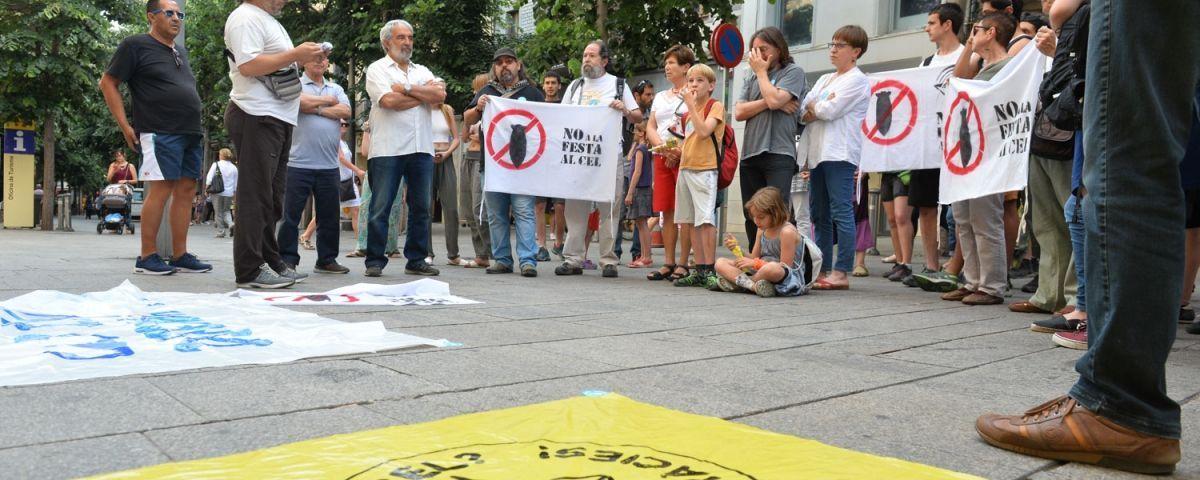 Manifestació a les portes de l'Ajuntament contra la Festa al Cel. Foto: R. G.