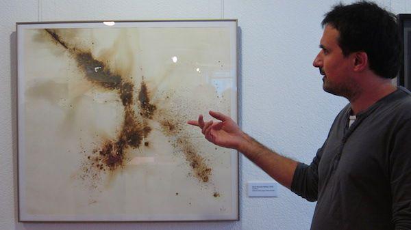 Enric Punsola, amb una obra de la mostra 'Orígens'