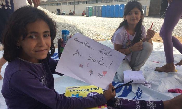 Infants en un dels camps de refugiats, que ja han rebut el llibre. Foto: cedida