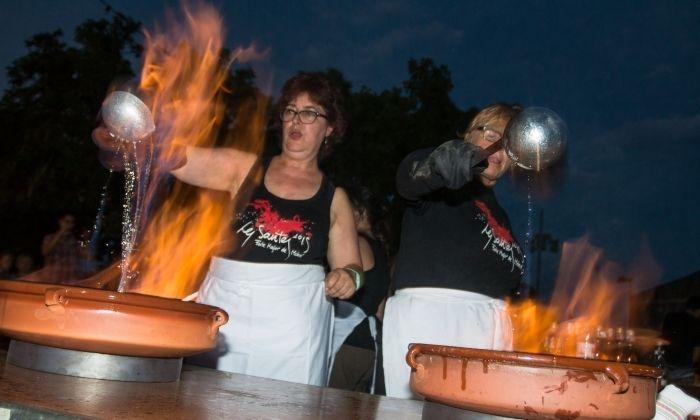 El rom cremat no pot faltar a les havaneres de Les Santes