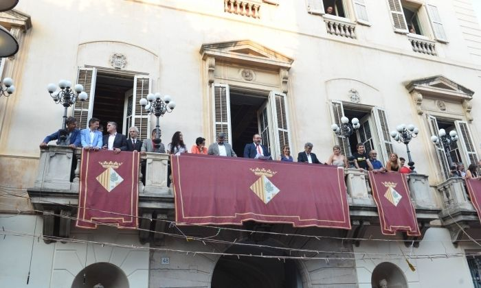 Les autoritats al balcó de l'Ajuntament. Foto: R. Gallofré