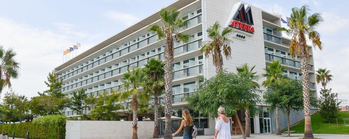 Dos turistes a l'hotel Atenea de Mataró