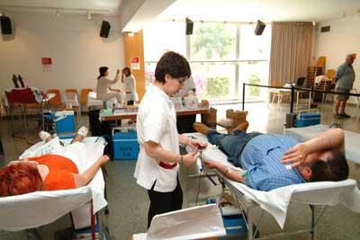 Els metges del Banc de Sang informen els donants del procés.