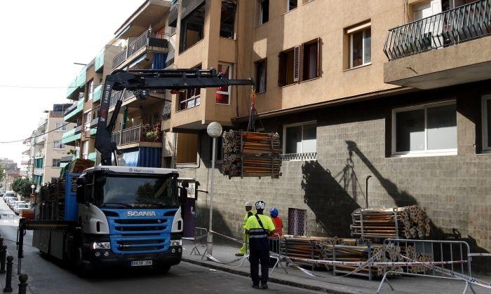 Operaris treballant a l'edifici sinistrat de Premià de Mar. Foto: ACN
