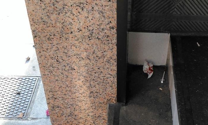 Xeringa en un portal del barri. Foto: Cedida