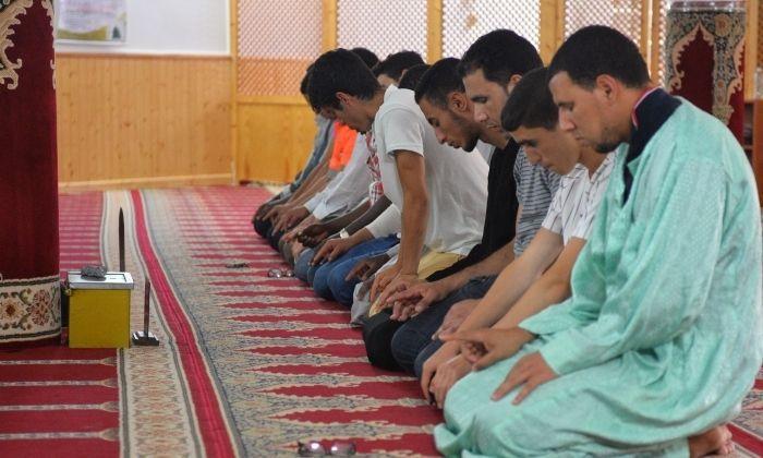 Fidels, pregant a la mesquita de Rocafonda. Foto: R. G.