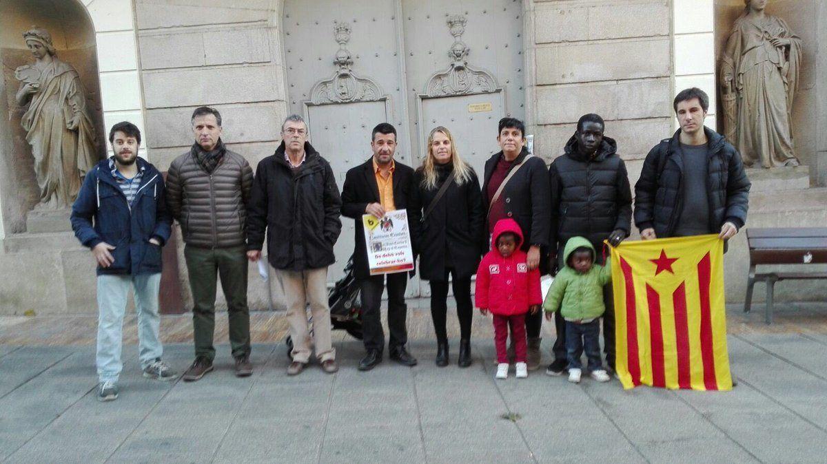 Els regidors de la CUP i d'ERC, davant l'Ajuntament aquest dimarts. Foto: cedida