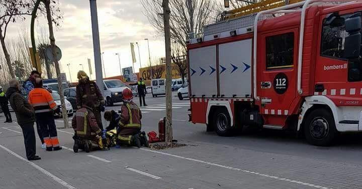 Els bombers, al lloc dels fets atenent el ferit. Foto cedida per Cerdanyola Directo