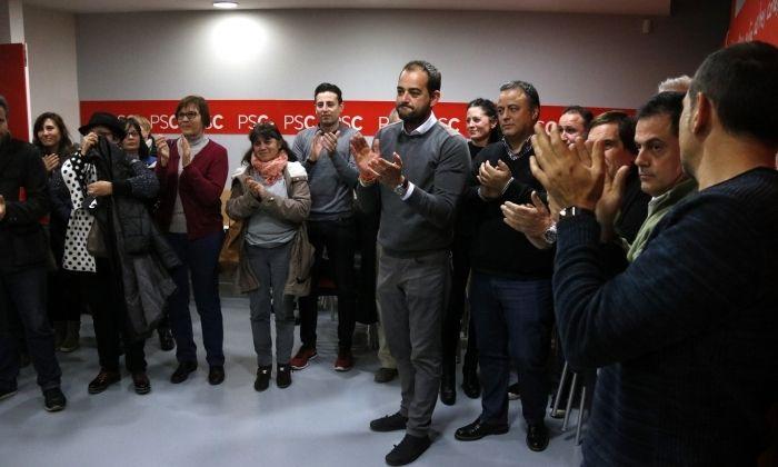 Membres del PSC Maresme aplaudeixen el nou primer secretari, Xesco Gomar. Foto: ACN