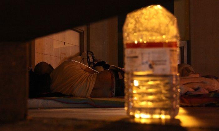 Dos sense sostre dormint al Parc de la Espanya Industrial de Barcelona. Foto: ACN