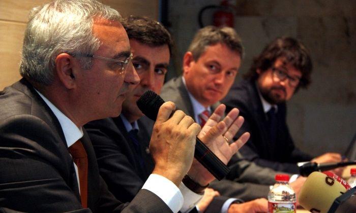 Bellavista, en primer pla. Al fons, Ricard Font, de la Generalitat, que ha anunciat que li reduirà el sou. Foto: ACN