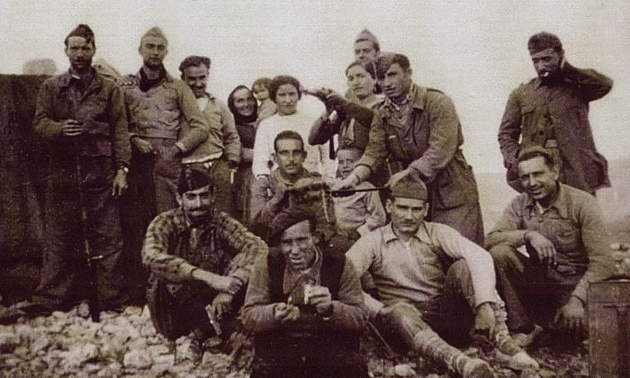 Josep Esteban (assegut, el més a l'esquerra de tots), amb un grup de combatents al front, en un moment de relax.