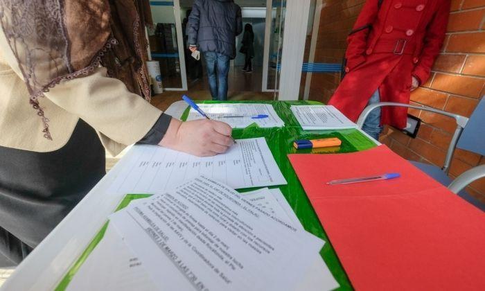 Recollida de signatures a l'entrada del CAP de Rocafonda. Foto: R.Gallofré