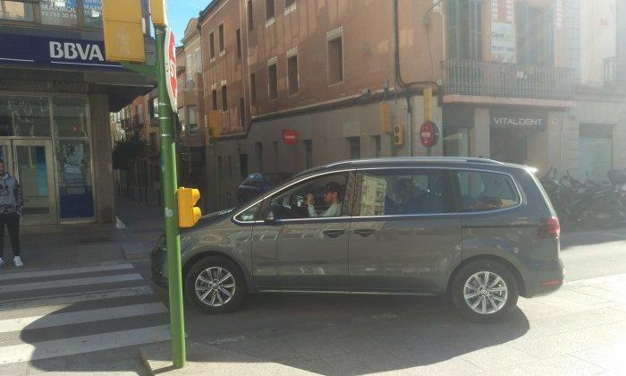 Vettel, sortint de l'aparcament de plaça de Santa Anna. Foto: cedida per Édgar Granados