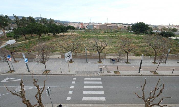 El solar de la ronda Rafael Estrany on s'ha de construir el nou institut Cinc Sènies de Rocafonda. Foto: R. G.