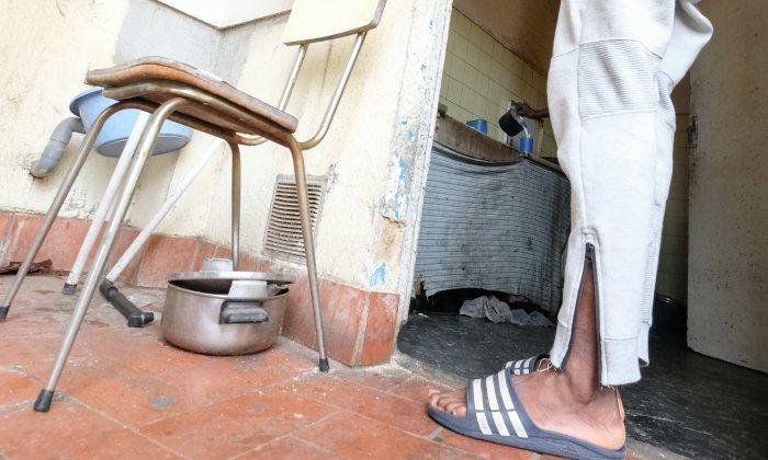 Pati i cuina en estat ruïnós d'un pis de la primera planta del bloc del carrer Floridablanca. Fotos: R. Gallofré
