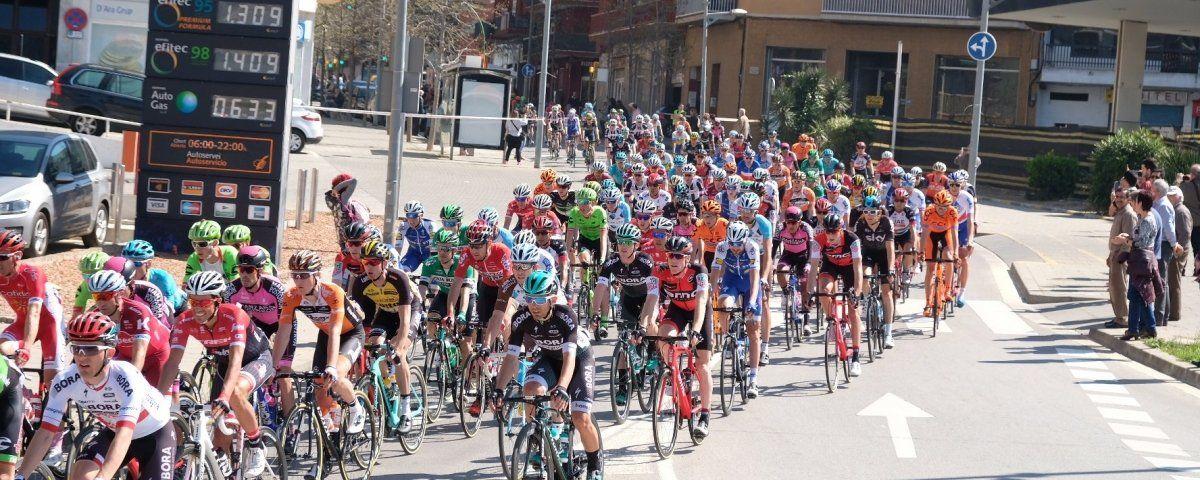 Els ciclistes de la Volta a Catalunya, sortint de l'avinguda Puig i Cadafalch de Mataró. Fotos: R. Gallofré