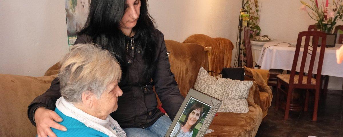 La germana i la mare de Piedad, amb un retrat de la desapareguda. Foto: R. Gallofré