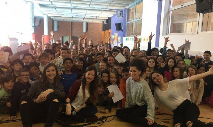 Les noies del grup, amb els alumnes de l'escola. Foto: Anxaneta