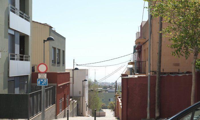 El passatge Llevantina de La Llàntia, on es multipliquen les ocupacions de pisos. Foto: R. G.