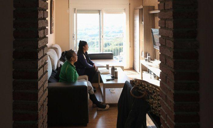 La Clenys, en primer pla, amb la seva mare, al pis ocupat on viuen a Cerdanyola. Foto: R. Gallofré
