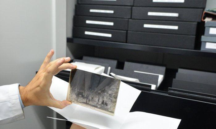 Fotografies antigues a l'Arxiu de Can palauet. Foto: R.Gallofré