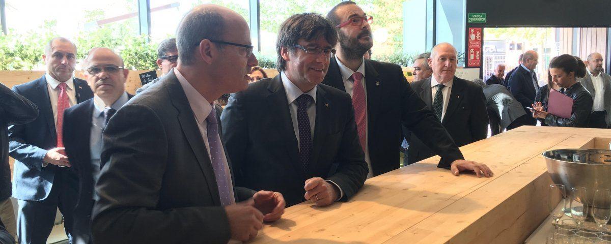 El president Puigdemont en la visita a les instal·lacions de SERHS a Mataró.