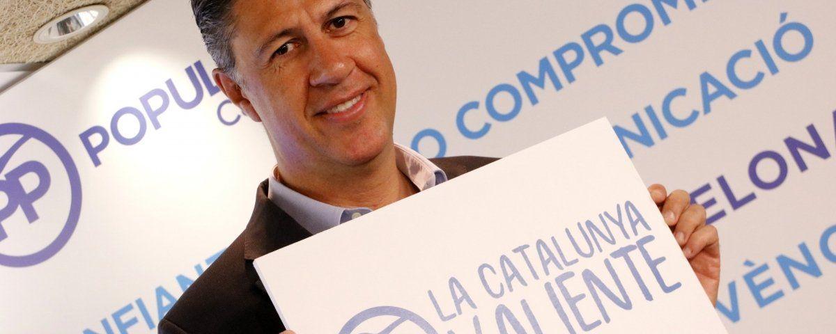 Albiol amb el cartell de la campanya. Foto: ACN
