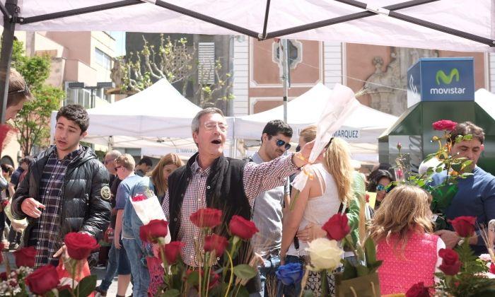 Venedor de roses a la plaça de Santa Anna. Fotos: Romuald Gallofré