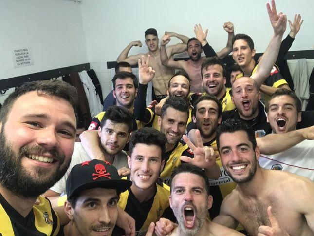 Quan hi ha victòria important, hi ha selfie d'un equip unit.