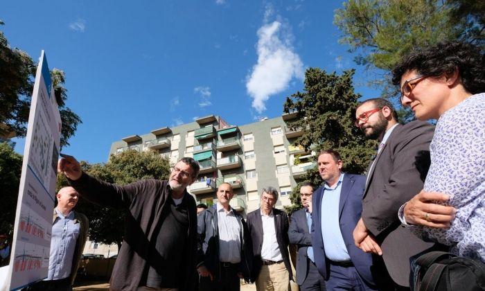 Oriol Junqueras, amb l'alcalde a la plaça Joan XXIII, que es remodelarà. Foto: R. Gallofré