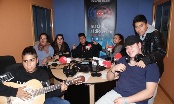 Participants en el projecte, al plató de Mataró Ràdio