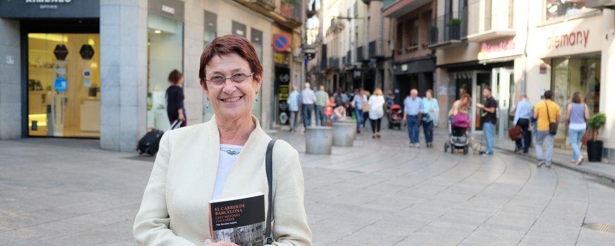 Pilar González Agapito, amb el seu nou llibre al carrer Barcelona