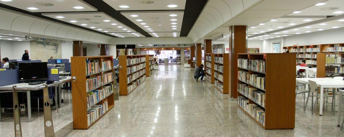 Interior de la biblioteca popular