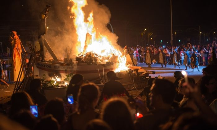 La foguera a Can Maitanquis, amb les Buixes envoltantla