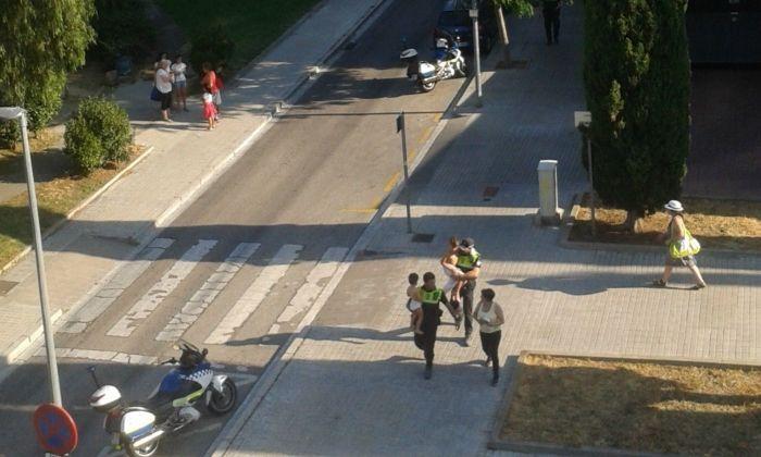Els policies, evacuant els nens que viuen al pis afectat. Foto: cedida per M. G.