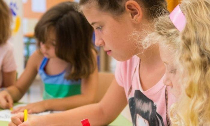 Uns infants gaudeixen d'activitats de lleure. Foto: R. Gallofré