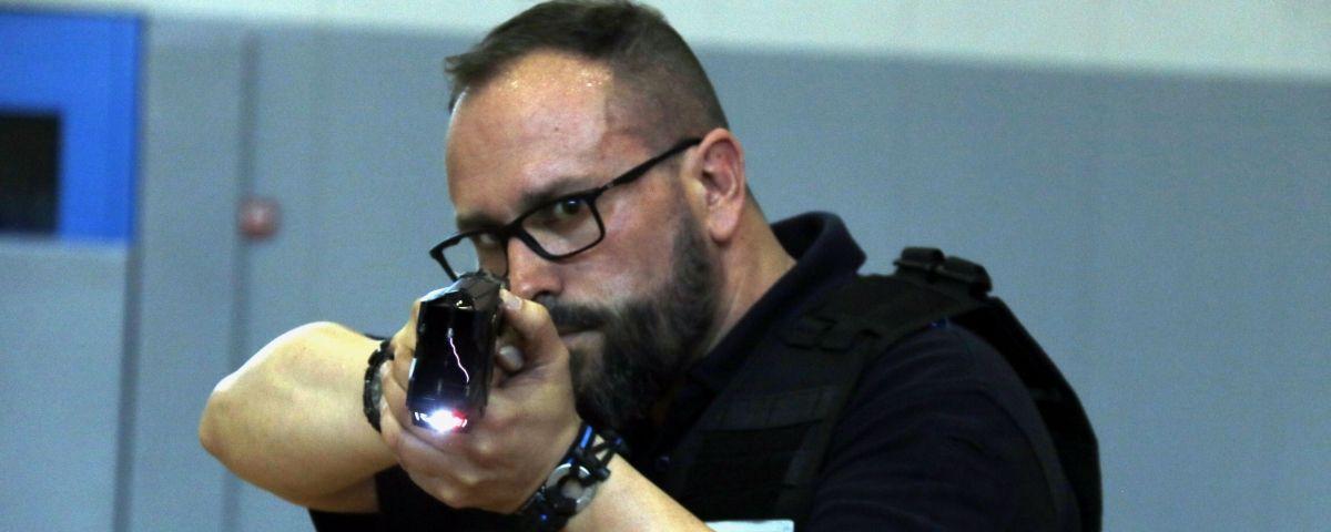 Un policia local amb una pistola Taser. ACN