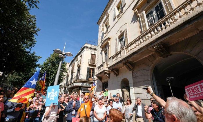 Manifestació sobiranista davant de l'ajuntament. Foto: R.Gallofré