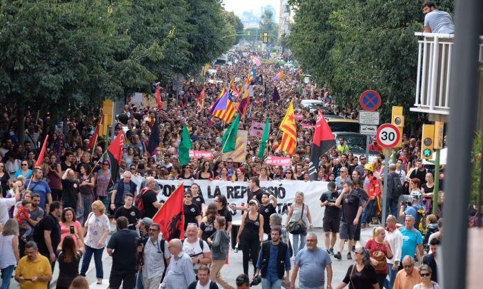 La massiva manifestació durant la vaga del 3 d'octubre. Fotos: R. Gallofré