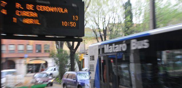 Un dels vehicles del Mataró Bus en una parada