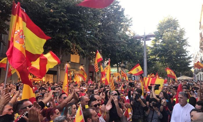 Manifestació davant l'Ajuntament a favor de la unitat d'Espanya. Foto: S. Ruiz