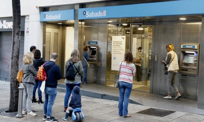 Cues a l'oficina de Banc Sabadell