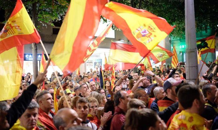 Els manifestants davant l'Ajuntament, dissabte passat. Foto: R. G.